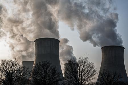 Rauch aus dem Kraftwerk Schornsteine Standard-Bild - 76161890