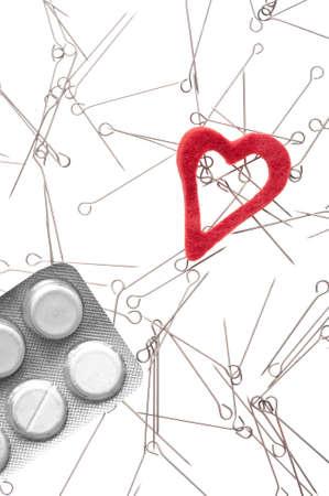 drogadiccion: Drogas, coraz�n y agujas con fondo blanco-met�fora de adicci�n a las drogas