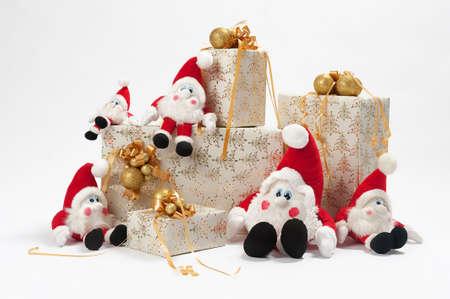 gnomi: Regali di Natale e cinque gnomi isolati su sfondo bianco  Archivio Fotografico