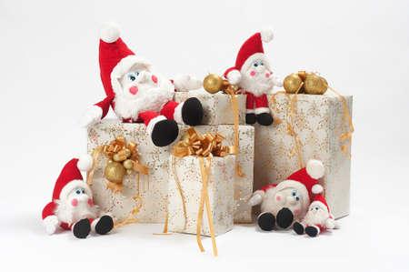 kabouters: Kerst cadeaus en vijf gnomen geïsoleerd op witte achtergrond  Stockfoto