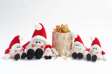 kabouters: Kerst cadeau en vijf gnomen geïsoleerd op witte achtergrond  Stockfoto