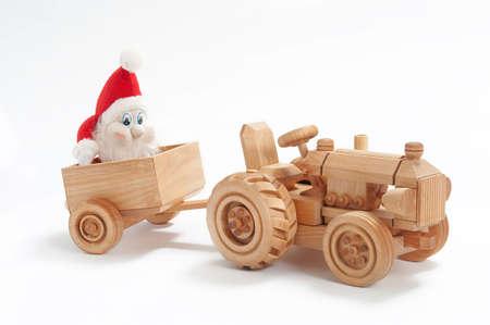 クリスマス プレゼントおもちゃのトラクターと gnome のトレーラーで 写真素材