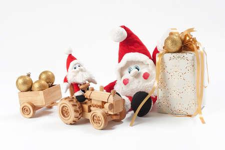 gnomos: Tractor de actualidad, dos gnomos y juguetes de Navidad