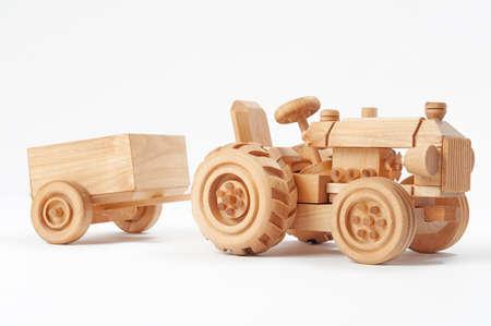 木のおもちゃトラクター トレーラー白い背景と分離 写真素材