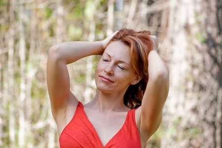 Portrait de femme adulte rousse dans la nature Banque d'images