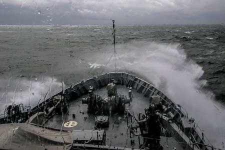 Navire en tempête de mer. Tempête en mer Baltique. Formation de navire de guerre dans la mer Baltique pendant une tempête. Navire militaire de l'OTAN en mer Baltique, Lettonie. Navire militaire de l'OTAN en mer pendant une tempête. vue depuis les navires de la proue. Banque d'images