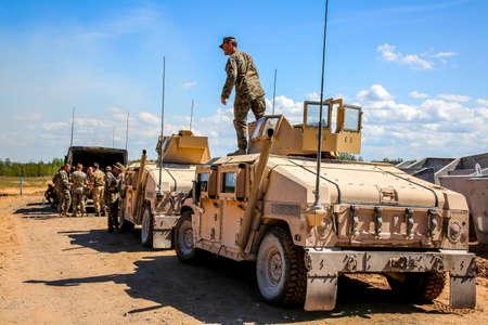 """NATO-Hummer-Militärfahrzeuge. Soldat auf gepanzertem Hummer. Internationales Militärtraining """"Sabre Strike 2017"""", Adazi, Lettland, vom 3. bis 15. Juni 2017. Von der US-Armee in Europa geführte jährliche internationale Militärübung Sabre Strike Field Training Exercise in Latvi"""
