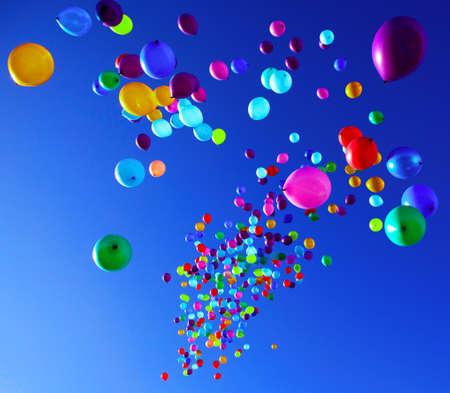 bunte Ballons auf einem blauen Himmel im Hintergrund