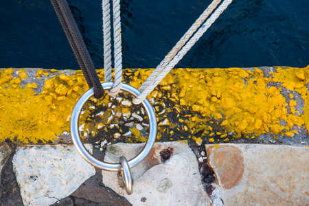 gefesselt: drei Knoten an einem Ring befestigt am Kanalufer verankert Lizenzfreie Bilder
