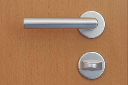 Z klamką, drzwi są otwarte przez mężczyznę w pokoju obok może wystąpić.