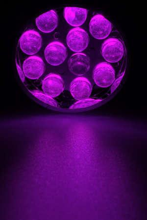 leds: violeta 12 LEDs brillan sobre una superficie.