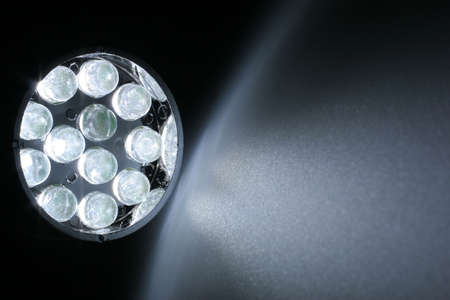 leds: 12 LEDs blancos brillan sobre una superficie.