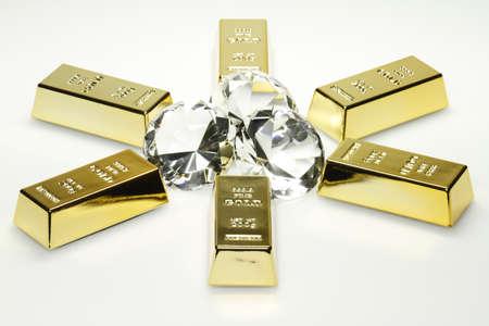 pietre preziose: Lingotti d'oro e diamanti sono insieme nella foto. Archivio Fotografico