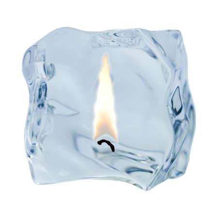 O nieregularnym ksztaÅ'cie kostki lodu zostaje wydany na biaÅ'ym tle. Zdjęcie Seryjne