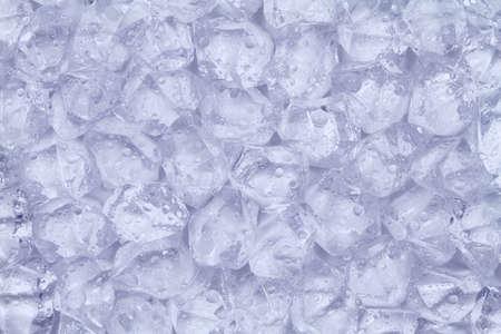 Dużo kostek lodu z kropli wody leżą obok siebie. Zdjęcie Seryjne
