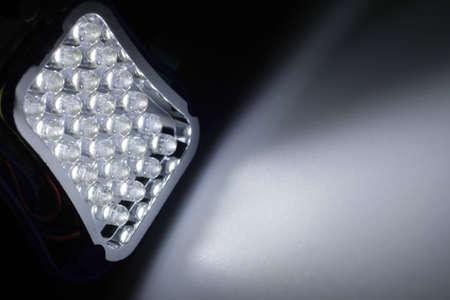 leds: 24 LEDs blancos brillan en una superficie Foto de archivo