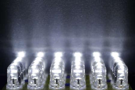 24 diody białe świecą na powierzchni