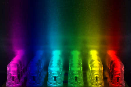 leds: 24 LEDs de colores brillan en una superficie