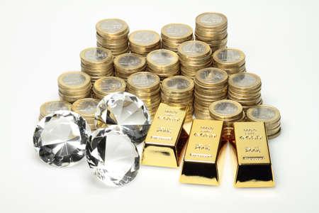 Goud, diamanten en euromunten liggend op een stapel
