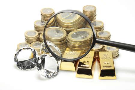 pietre preziose: Oro, diamanti e monete in euro che si trovano su una pila