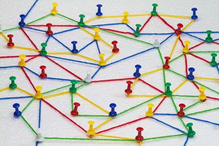 カラフルなウール スレッド端子間ネットワークを形成します。