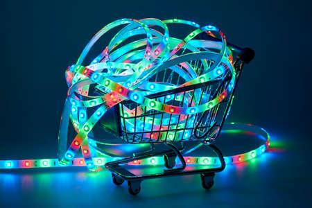 leds: Tira del LED con LEDs rojos, verdes y azules en la cesta de compras Foto de archivo