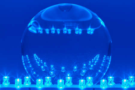 leds: Dos filas de LED se encienden en una bola de cristal.