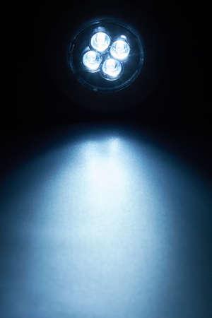 leds: LEDs brillantes brillan sobre una superficie en el primer plano.