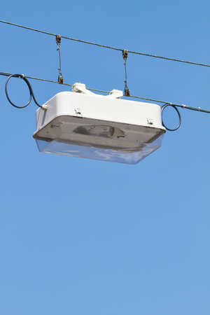 cruce de caminos: Una l�mpara que cuelga por encima de una encrucijada. Foto de archivo