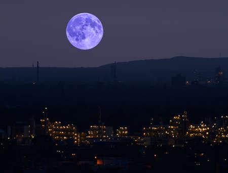 chemical plant: Over een chemische fabriek is de heldere maan.