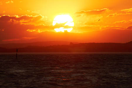 sol: El sol se pone sobre el lago Constanza. Foto de archivo