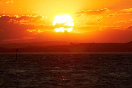 słońce: Słońce ustawia nad Jeziorem Bodeńskim.