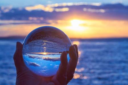 De zon boven het Bodenmeer in Duitsland en verlicht door een kristallen bol.