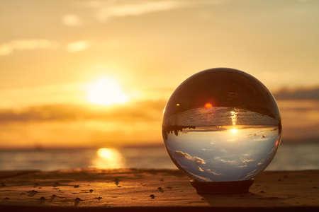 Il sole tramonta sul Lago di Costanza in Germania e illuminate da una sfera di cristallo. Archivio Fotografico - 43818488