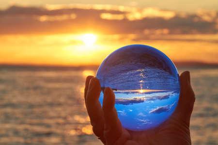 太陽がドイツのボーデン湖に沈むし、照らされて水晶玉。
