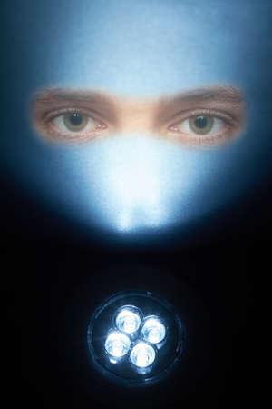 leds: LED brillantes brillan sobre una superficie con dos ojos.