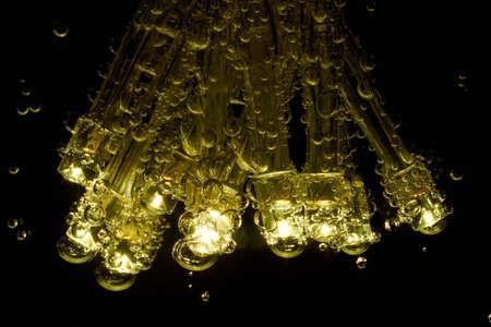 naranja color: LEDs con burbujas de gas se sumergen en agua mineral.