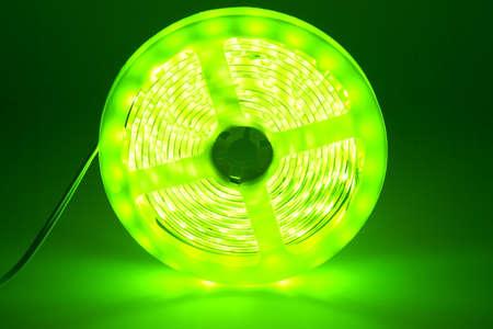 leds: luz de tira de tres metros de largo con diodos emisores de luz que emiten luz. Foto de archivo
