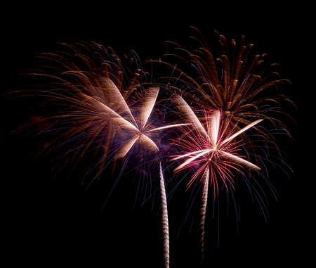 Ein großes Feuerwerk vor schwarzem Hintergrund in der Nacht. Standard-Bild