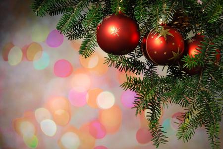 weihnachtsschleife: Weihnachtsbaum-Dekoration Weihnachtsbaum beleuchtet Hintergrund Lizenzfreie Bilder
