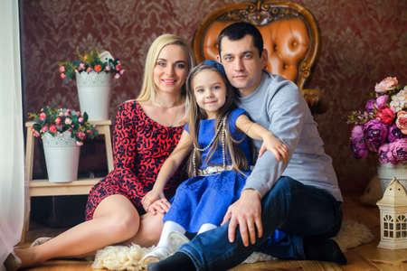 familia abrazo: feliz familia muy unida, abrazar y posar en un interior de estudio, el estado de ánimo festivo