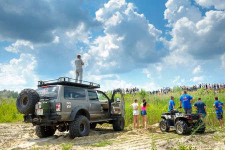 Belarus, Brest, 2016 - Off-Road-Wettbewerbe, eine Reihe von verschiedenen SUVs und das ATV, schöne Wolken am Himmel Standard-Bild - 77361676