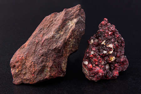 Mineral cinnabar, color brightly red. Diamond gloss. Is a rtura source Foto de archivo