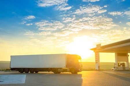Grand camion monte à la station d'essence, au lever du soleil Banque d'images - 88748440