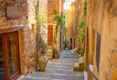 Schöne Straße in einer mittelalterlichen Stadt in der Toskana. Pitigliano. Italien Standard-Bild