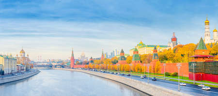 Panoramic view of the Moscow Kremlin and Moscow river in the autumn morning 免版税图像