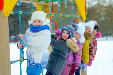 дети играют и веселятся на зимней игровой площадке 版權商用圖片