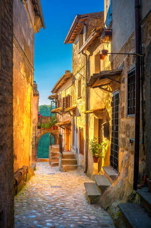 A street in a beautiful small medieval village in Tuscany at sunset. Italy. Europe 免版税图像