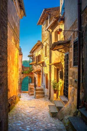 Una calle en un pequeño y hermoso pueblo medieval de la Toscana al atardecer. Italia. Europa Foto de archivo