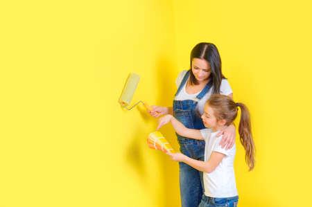maman et fille choisissent une couleur pour peindre les murs en copat, les réparations dans la chambre